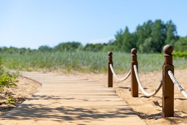 Sentier de randonnée écologique dans le parc national à travers dunes de sable, plage, fourrés de carex