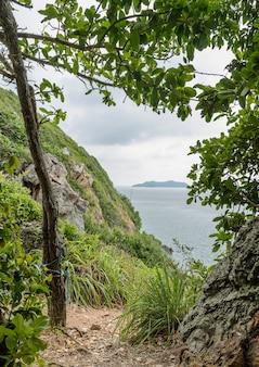 Sentier de randonnée à travers l'île, thaïlande