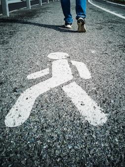 Sentier, signe sur le trottoir.