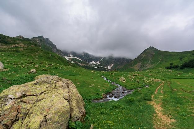 Sentier touristique au lac