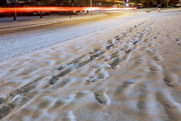 Sentier de la ville qui se déroule sur une avenue recouverte de neige.
