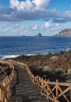 Sentier volcanique avec balustrade en bois, charco de los sargos, frontera, île d'el hierro, îles canaries, espagne