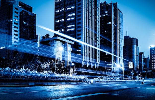 Sentiers de feu de signalisation floue sur la route la nuit en chine.