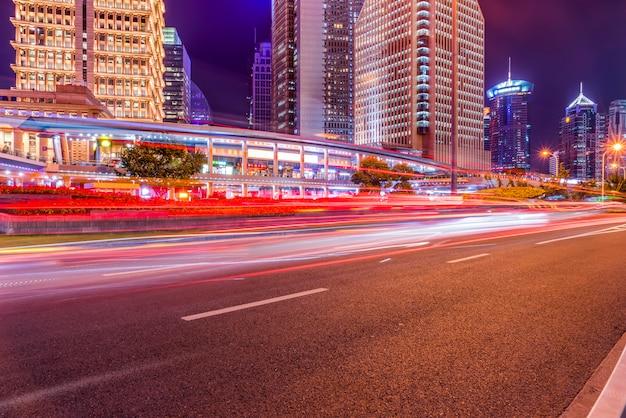 Sentiers de feu de signalisation floue sur la route