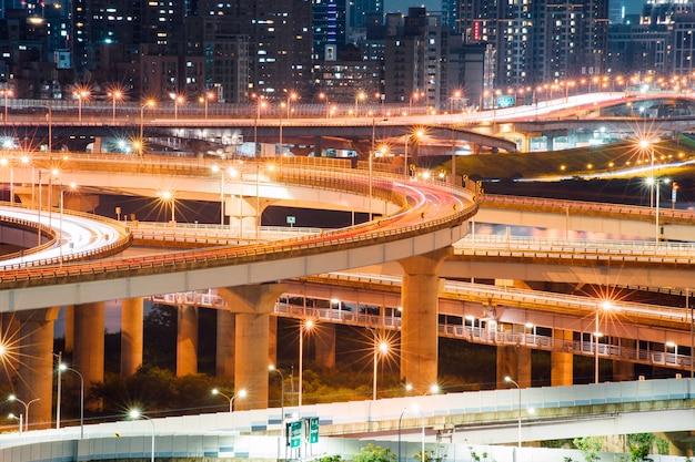 Sentiers légers de voiture du nouveau pont de taipei
