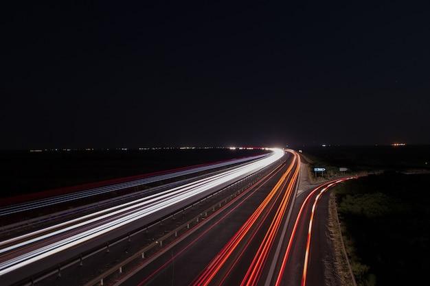 Sentiers de lumière sur l'autoroute