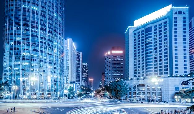 Les sentiers de lumière sur le bâtiment moderne