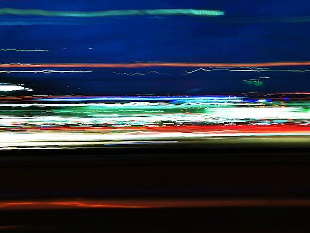 Sentiers de nuit colorés dans la rue