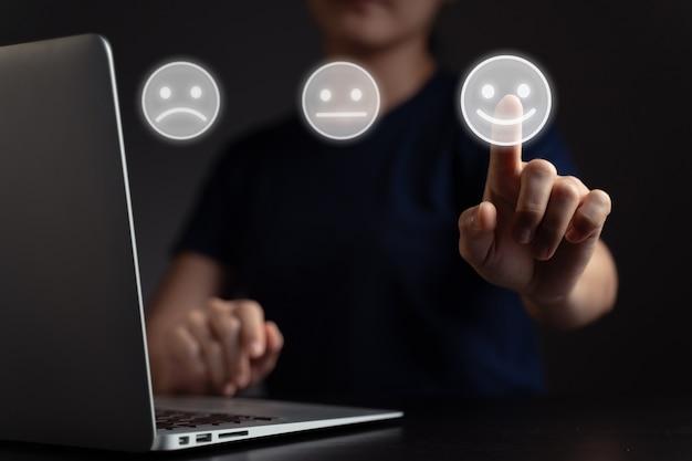 Sentiments de femme utilisant un ordinateur portable et un effet hologramme émoticône