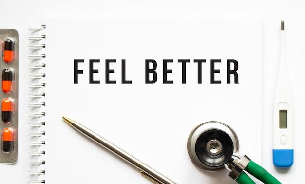 Sentir mieux texte écrit dans un cahier posé sur un bureau et un stéthoscope.