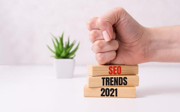 Seo 2021 ans sur des cubes en bois sur fond blanc.