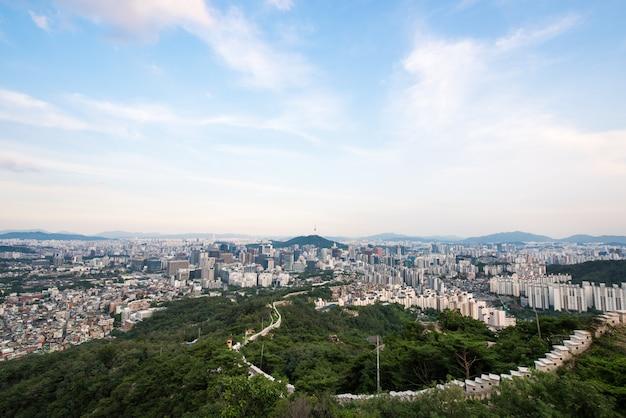 Séoul au centre-ville depuis la montagne inwangsan