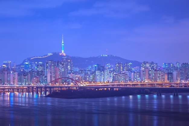 Séoul ville et pont, belle nuit de corée avec la tour de séoul la nuit, corée du sud.