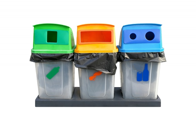 Séparation des ordures ménagères recyclées sur fond blanc