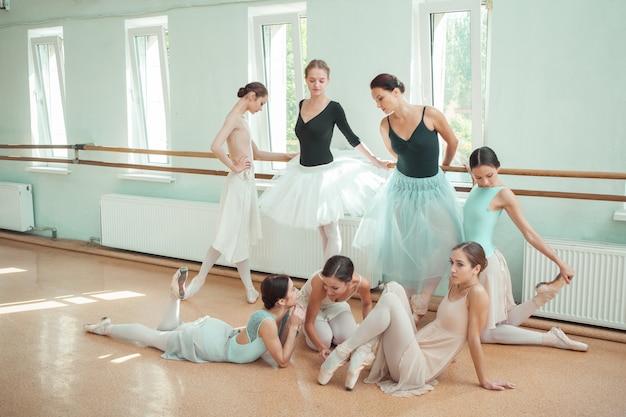 Les sept ballerines au bar de ballet