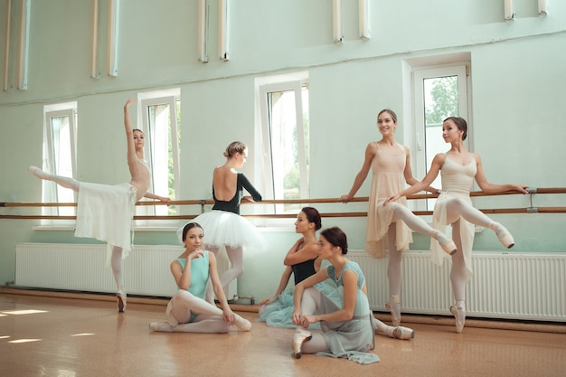 Les sept ballerines au bar de ballet