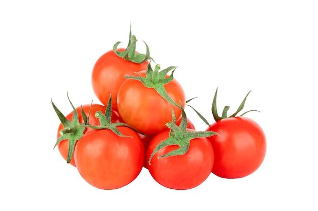 Sept petites tomates isoler sur fond blanc