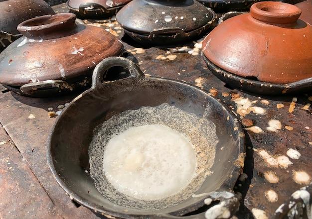 Serabi, une crêpe indonésienne traditionnelle au sucre de palme et au lait de coco