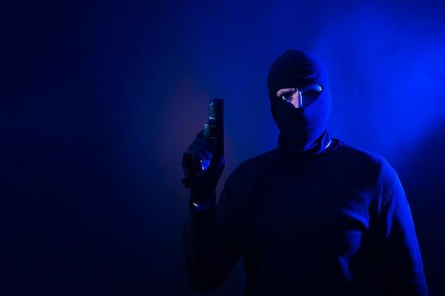 Série d'un cambrioleur de race blanche par effraction dans une maison avec un pistolet à la main. comprend les lumières de la police.