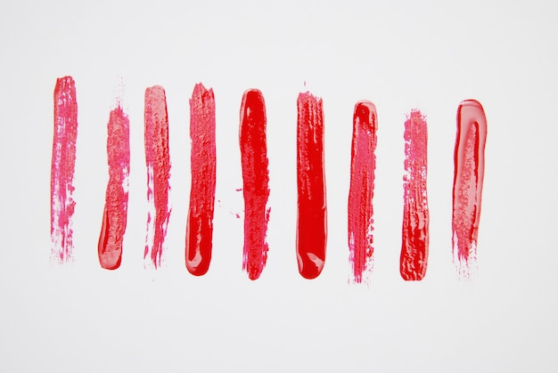 Série de coups de pinceau cosmétique texture isolés sur blanc.