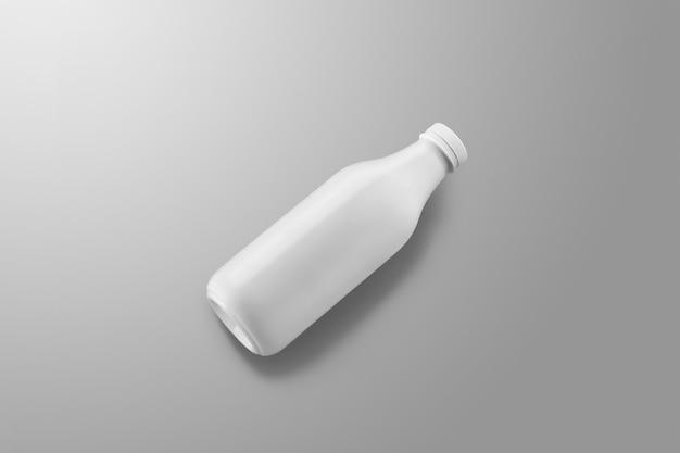 Série de maquettes d'emballage de boissons. une bouteille en plastique blanche avec des reflets et des ombres se trouve sur un fond de studio gris. placement en diagonale. modèle prêt à être utilisé dans votre conception.