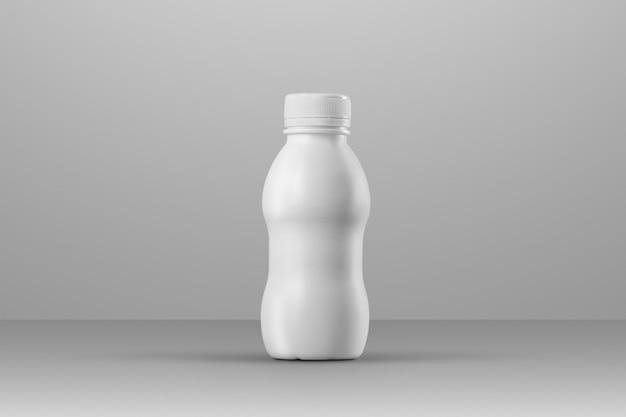 Série de maquettes d'emballage de boissons. petite bouteille en plastique vierge incurvée avec reflets et ombres sur fond gris studio. emplacement avant. modèle prêt à être utilisé dans votre conception.