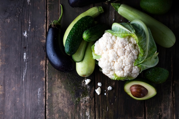 Série de plats plats de légumes verts assortis