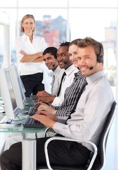 Sérieuse dirigeante dirigeante d'équipe dans un centre d'appel