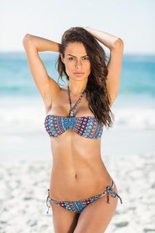 Sérieuse jolie brune posant en bikini