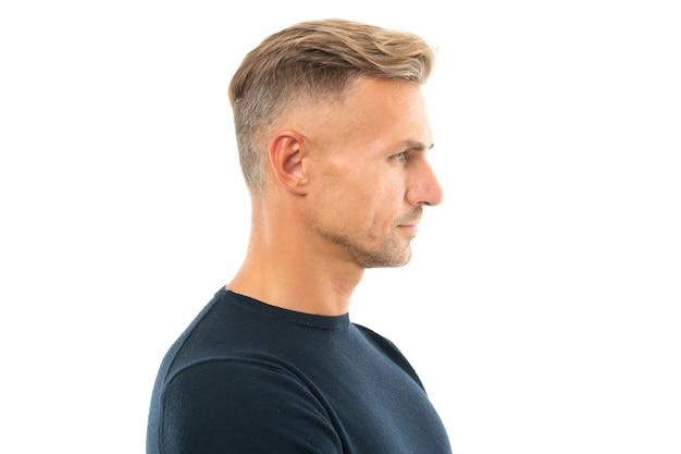 Sérieusement beau. portrait d'homme de profil. homme de race blanche face latérale. côté gars sérieux isolé sur blanc. coupe de cheveux et coiffure pour hommes.