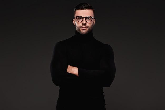 Sérieux beau bel homme dans golf et lunettes