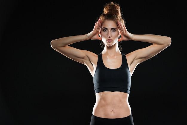 Sérieux concentré jeune femme sportive posant.