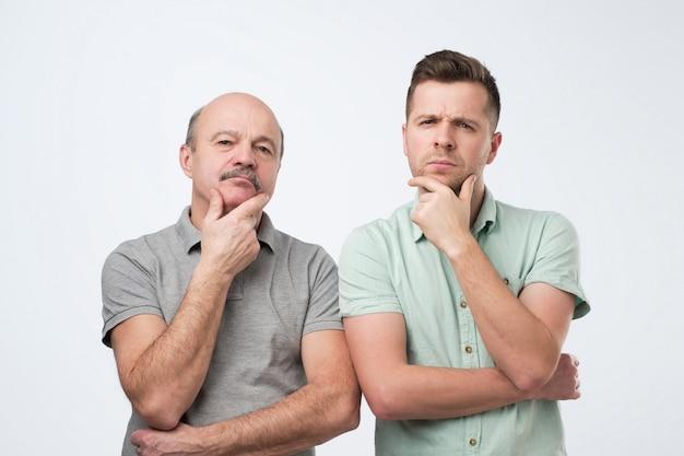 Sérieux deux hommes père et fils pensent