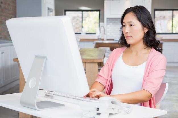Sérieux, femme enceinte, utilisation, ordinateur, chez soi