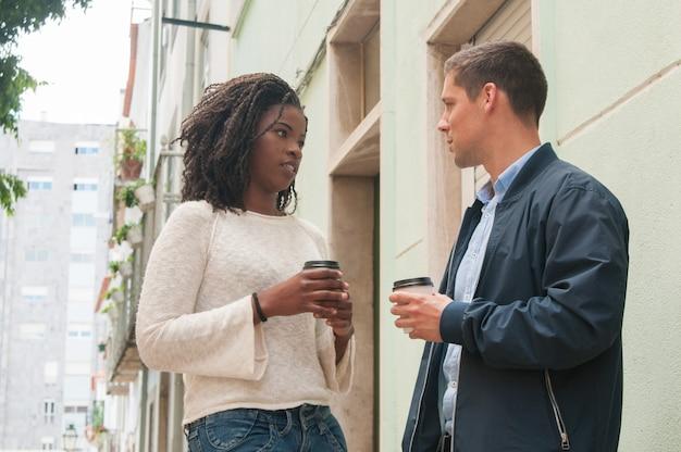 Sérieux, fille noire, discuter, à, petit ami caucasien