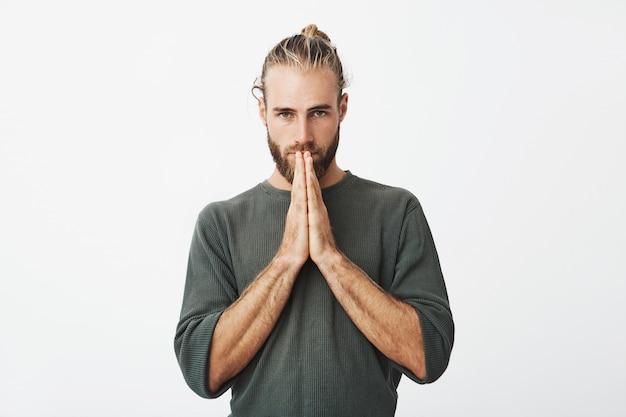 Sérieux gars suédois mature se sentant extrêmement coupable, demandant à pardonner