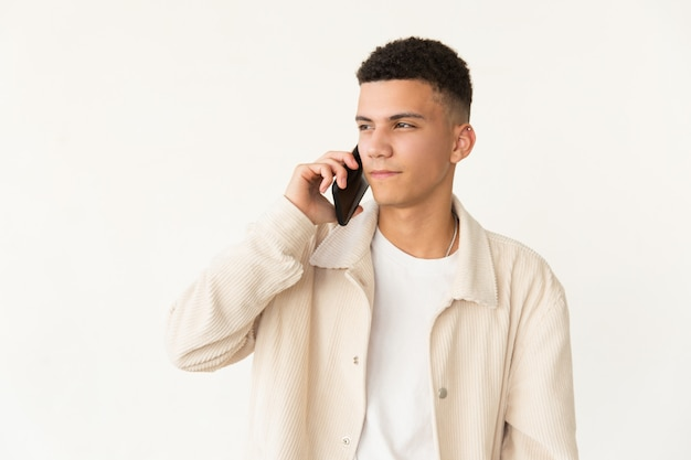 Sérieux, jeune homme, conversation, par, téléphone portable