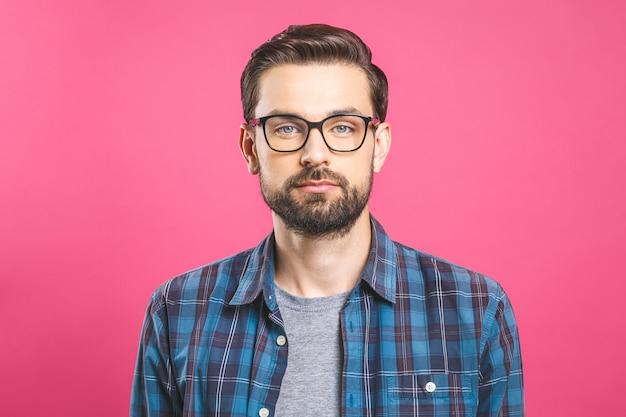 Sérieux jeune homme à lunettes avec une barbe. aucune émotion sur le visage.