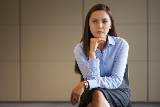 Sérieux moyen-âge businesswoman sitting