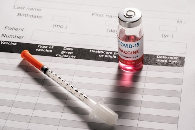 Seringue et flacon de vaccin en verre pour la vaccination contre le covid-19