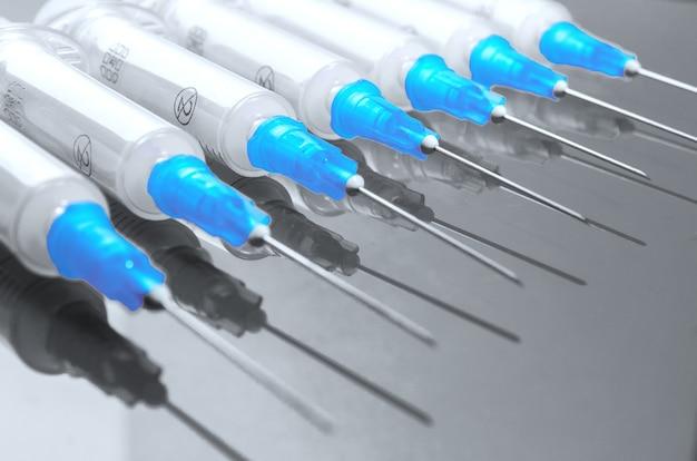 Seringue hypodermique. seringues à aiguilles bleues. injecteurs médicaux