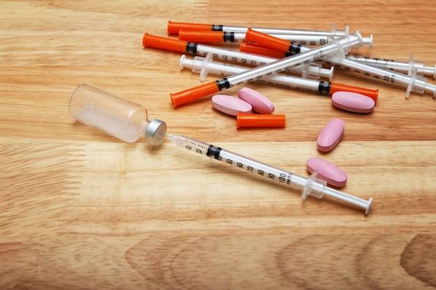 Seringue médicale et bouteille de potion sur un bureau en bois