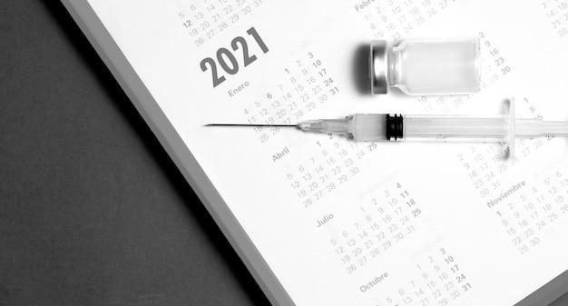 Seringue et vaccin sur calendrier