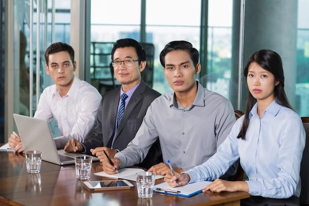 Serious business people ayant réunion dans office
