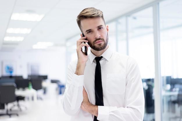 Serious man parler sur un téléphone