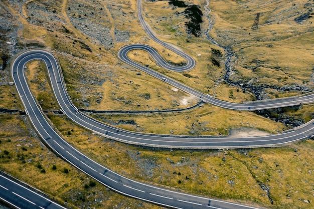 Serpentine de montagne de la route transfagarasan en roumanie