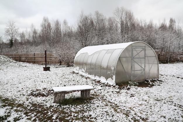 Serre en plastique dans le jardin d'hiver