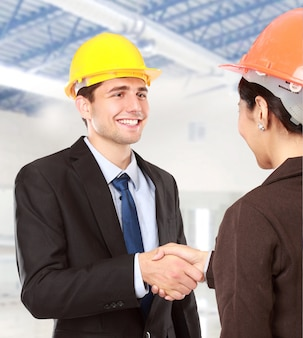 Serrer la main au chantier de construction