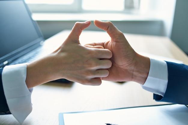 Serrer la main du travail d'équipe de réussite commerciale