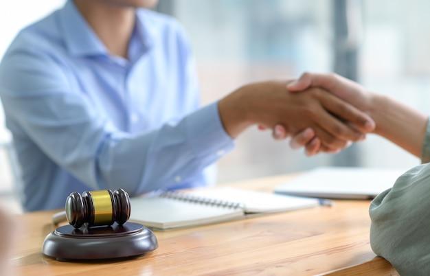 Serrer la main lors de la conclusion d'un accord juridique